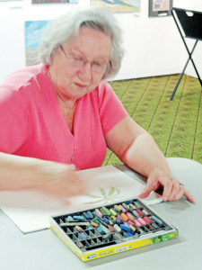 Glenda Spinks demonstrates how to use pastels. (Courtesy photo)